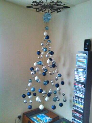 albero di natale appeso al soffitto
