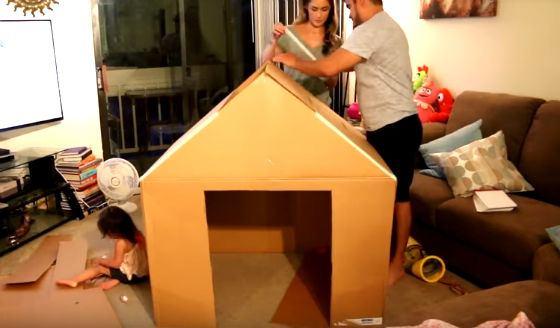 Casetta gioco fatta col cartone un bel progetto fai da te - Costruire una casetta di cartone per bambini ...