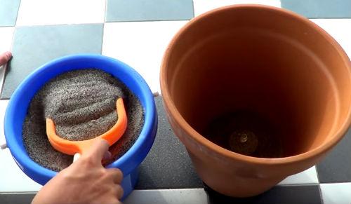 frigo con sabbia e vaso