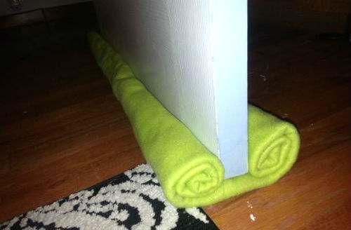 vecchio asciugamano paraspifferi porta